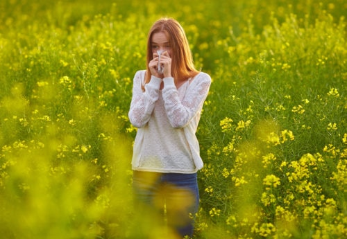 woman suffereing from hay fever symptoms needs a natural remedy